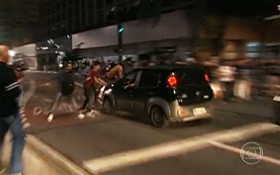 Carro avança contra manifestantes que bloqueavam a Avenida Paulista e atropela alguns deles
