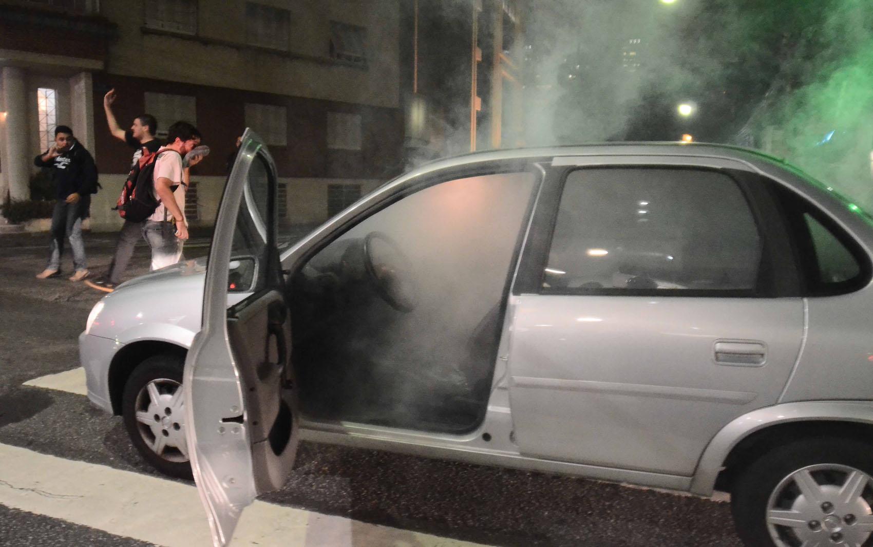 Segundo a Agência Estado, uma bomba de efeito moral lançada pela Polícia de choque quebrou o vidro de um carro, no qual estava um idoso de 74 anos, na Rua Bela Cinta, no centro de São Paulo.