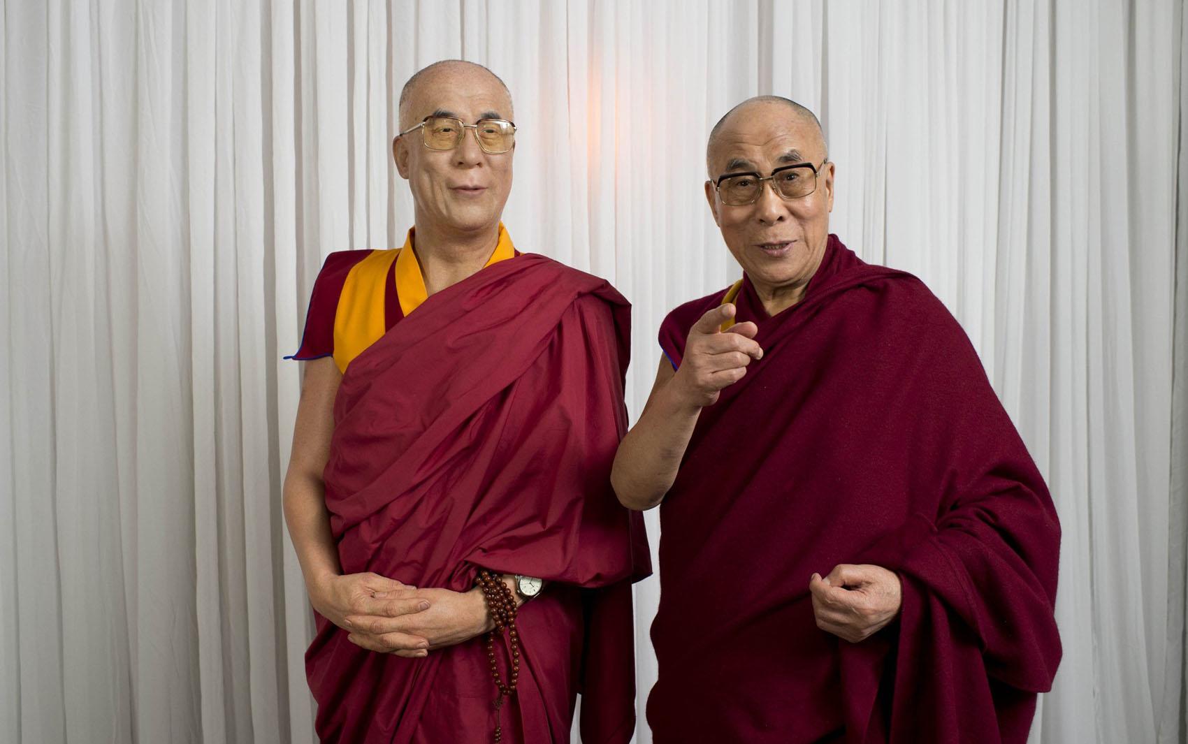 Dalai Lama posa para foto ao lado de sua estátua de cera em museu em Sydney na Austrália.