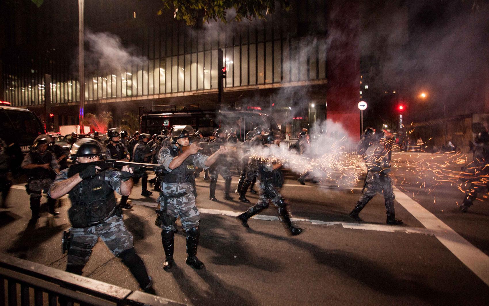 Polícia investe contra pessoas que tentavam ocupar a Avenida Paulista, em frente ao Masp