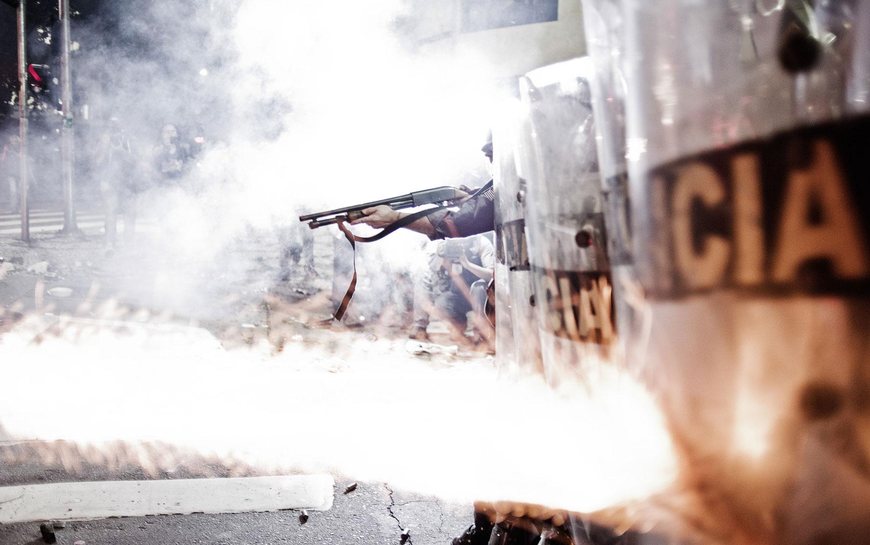 Policiais disparam balas de borracha e gás lacrimogêneo para dispersar manifestantes