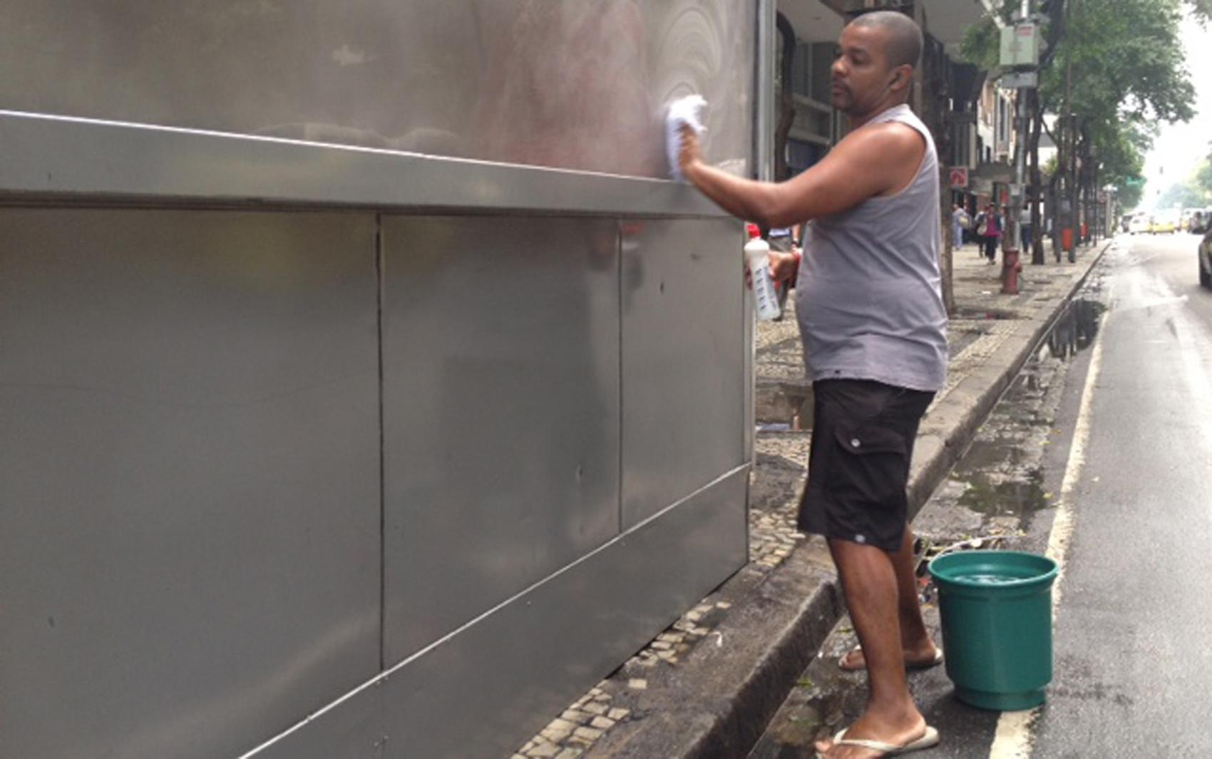 Banca de jornal na Avenida Rio Branco amanheceu pichada