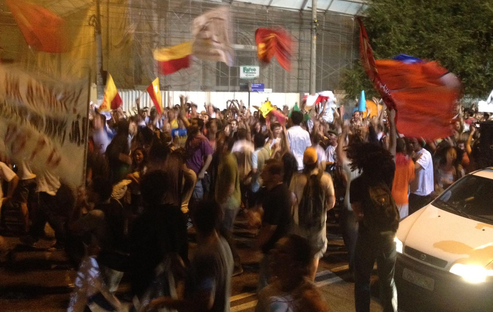 Ruas de Niterói são interditadas por conta de protesto contra tarifa de ônibus