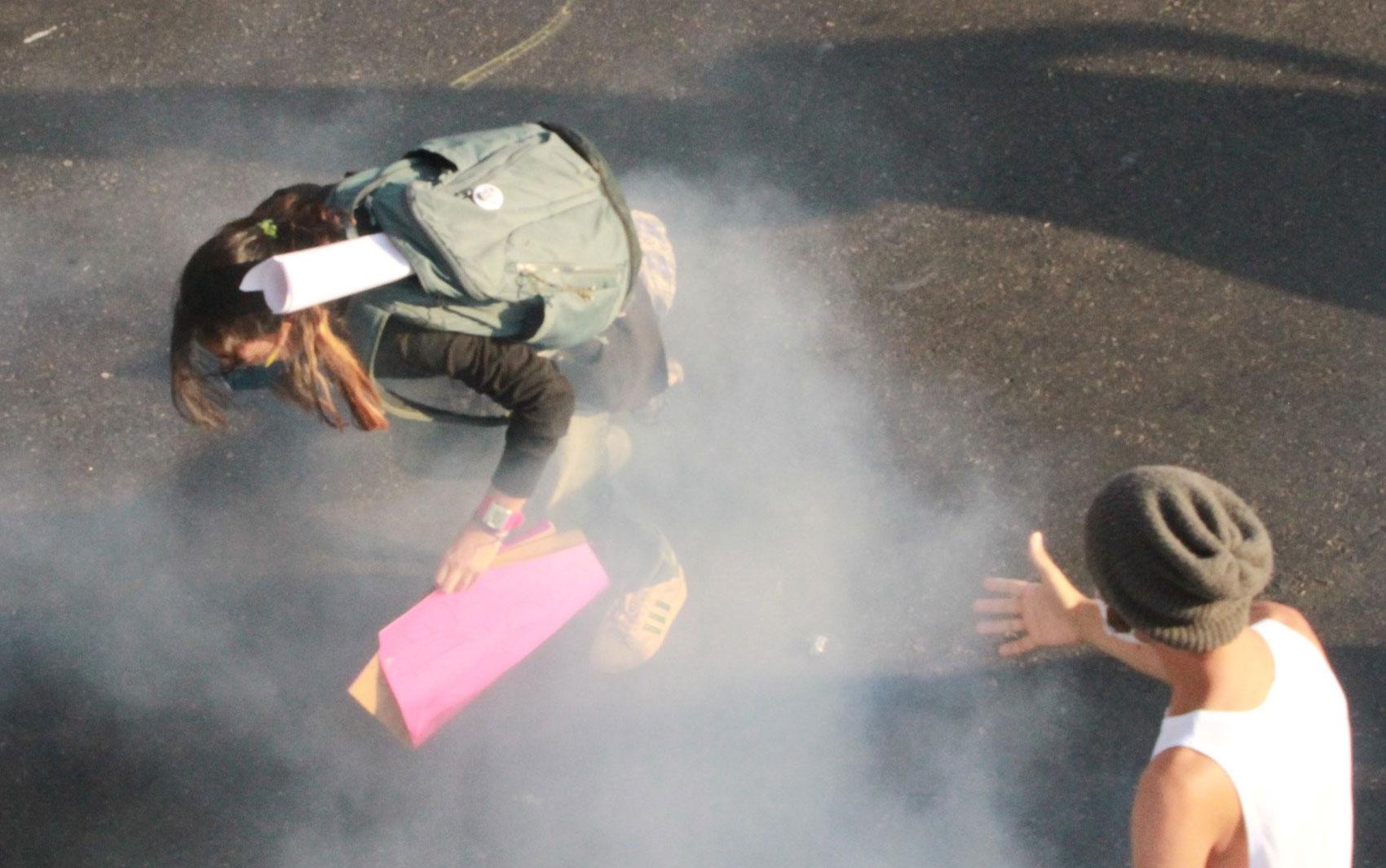 Manifestante é atingida por gás lacrimogênio na região do Maracanã