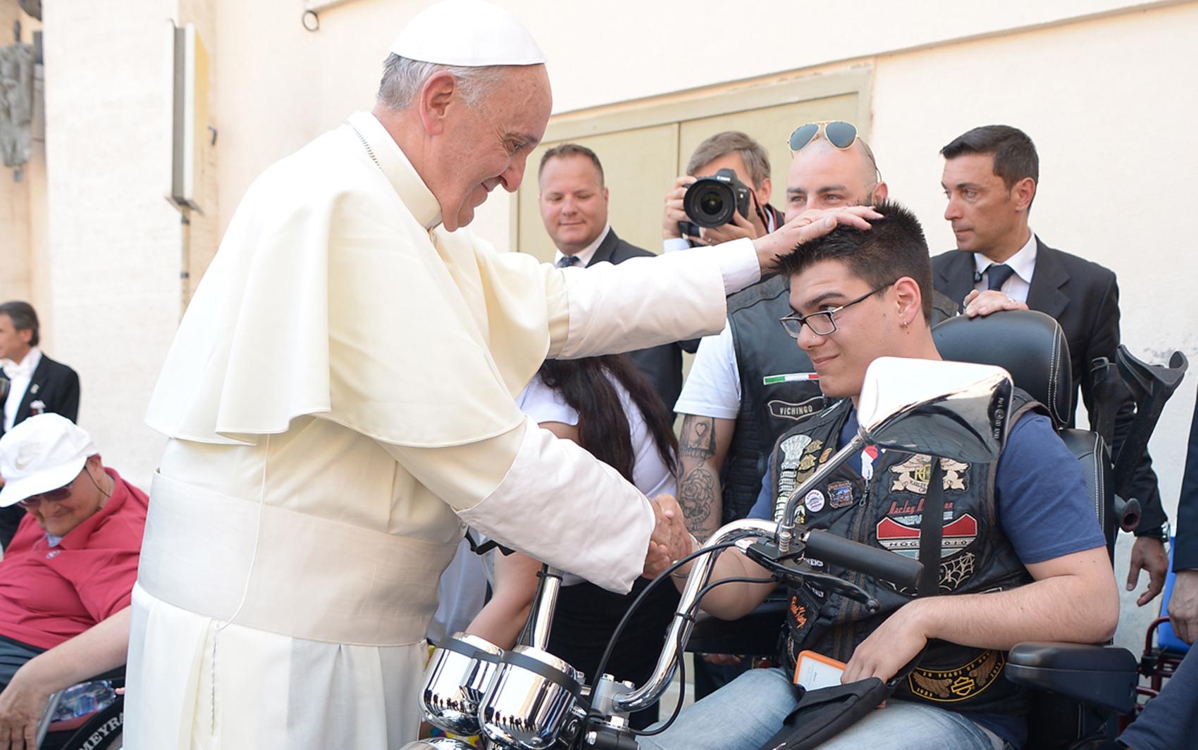 Papa Francisco abençoa, neste domingo (16), no Vaticano, deficiente físico em moto. Rapaz utiliza jaqueta da Harley-Davidson nas comemorações de 110 anos da marca