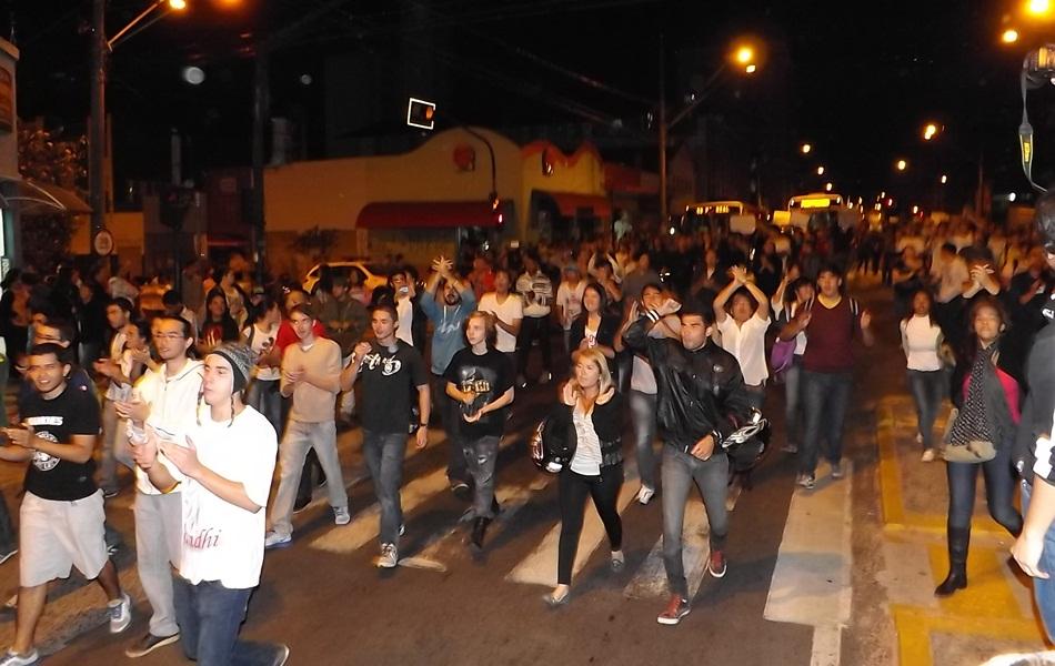 Protesto reniu mais de 500 pessoas na principal avenida de Bauru