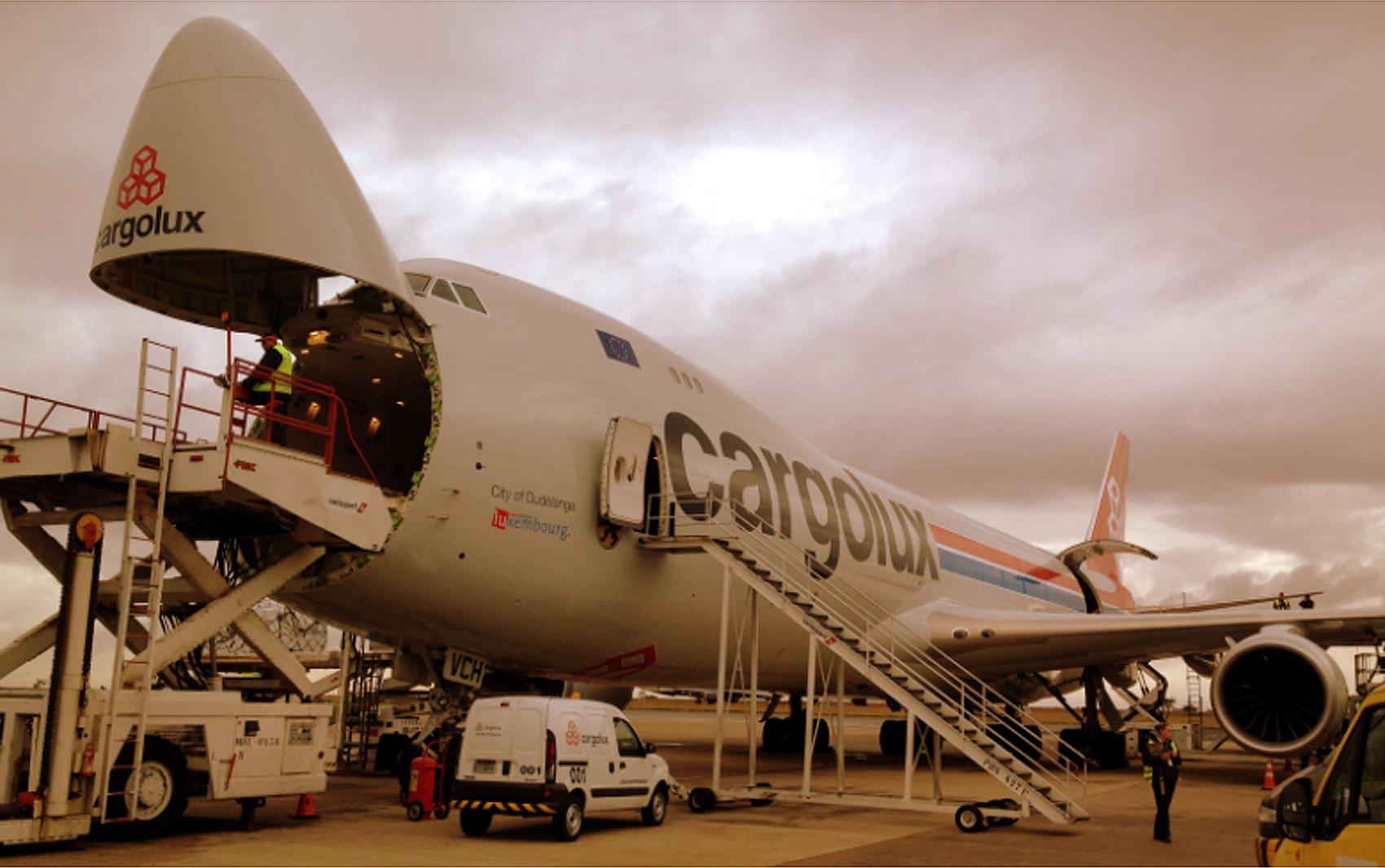 O Boeing 747-F8, um dos maiores do mundo, pousa no Aeroporto de Viracopos em Campinas