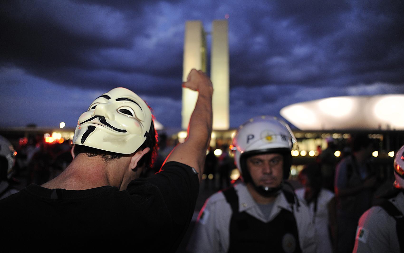 Manifestantes saíram do Museu da República em direção ao Congresso Nacional em protesto que começou às 17h em Brasília