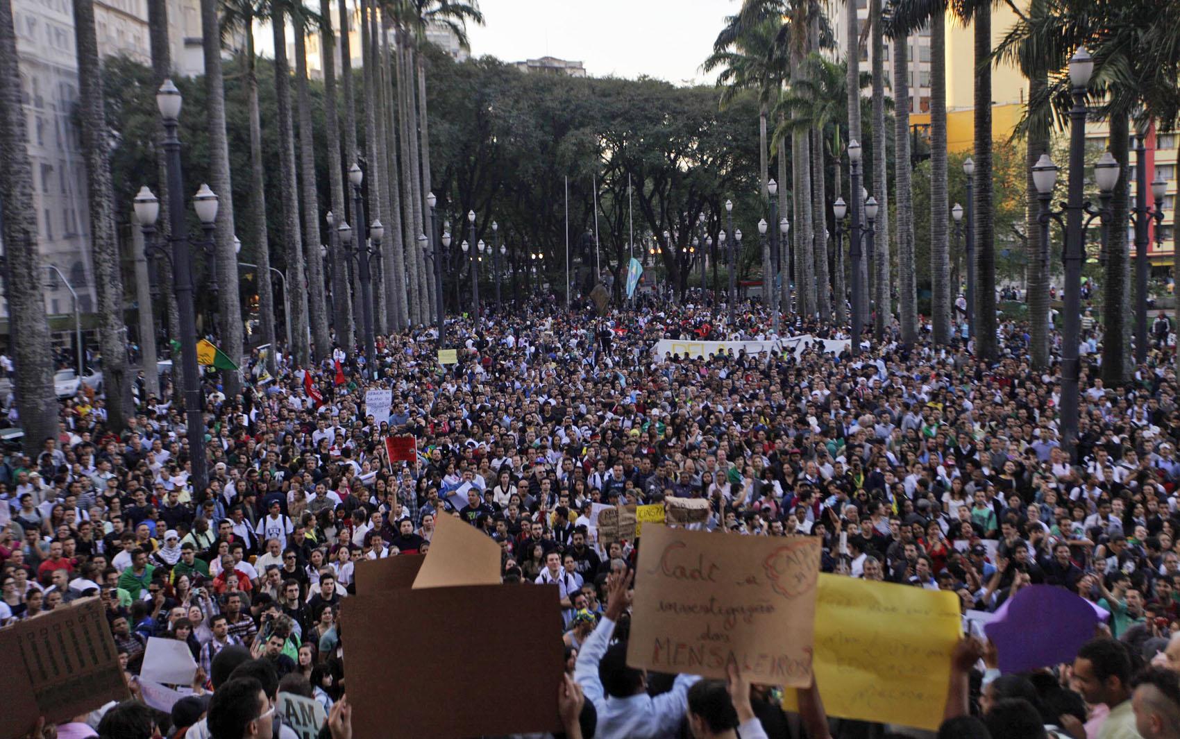 Manifestantes se concentram em frente a Igreja da Sé em São Paulo.