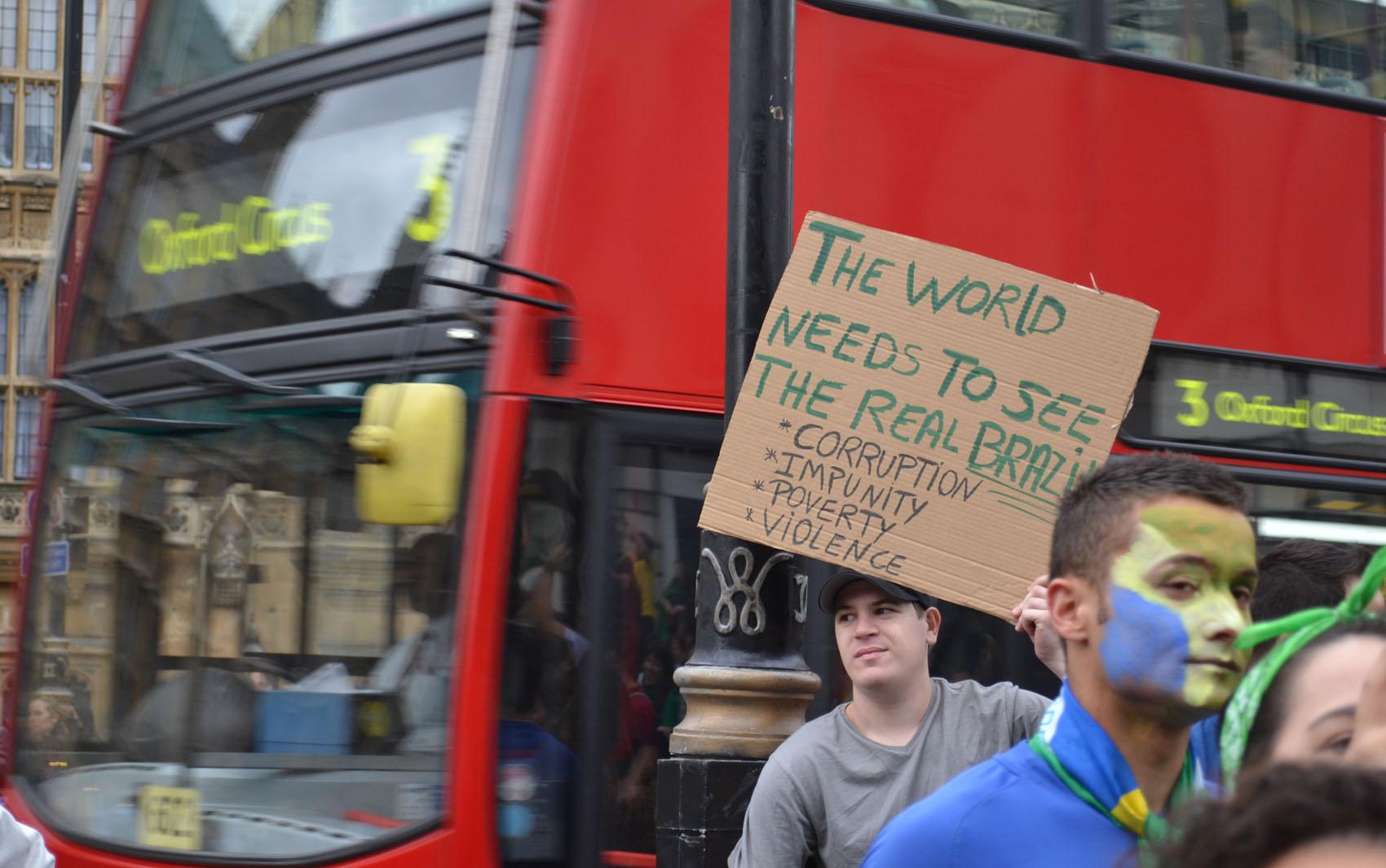 Cerca de 2 mil manifestantes se reuniram nesta terça-feira (18) com cartazes e bandeiras do Brasil em uma praça próxima ao Big Ben, símbolo de Londres