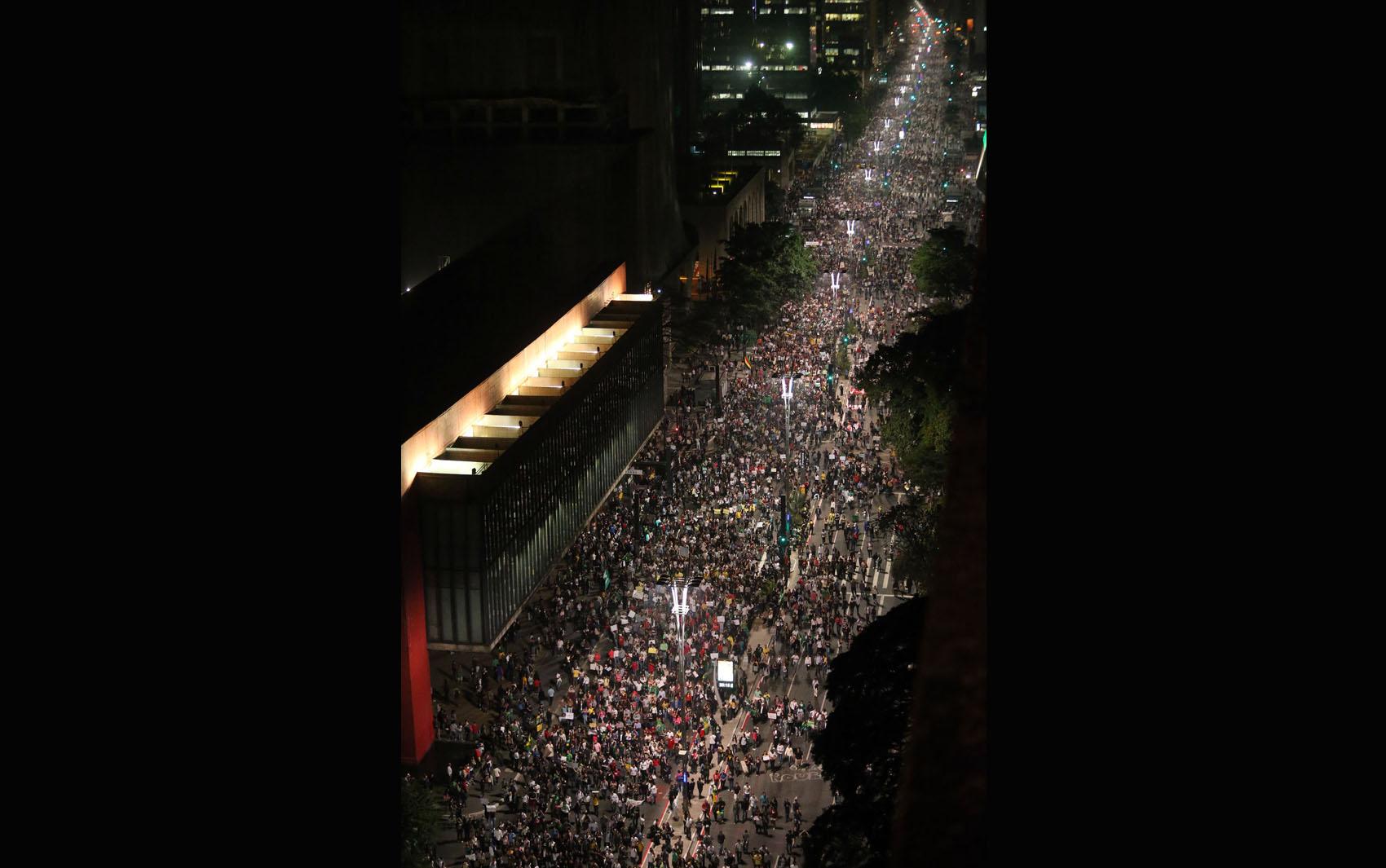 Manifestantes fecham a Av. Paulista em SP
