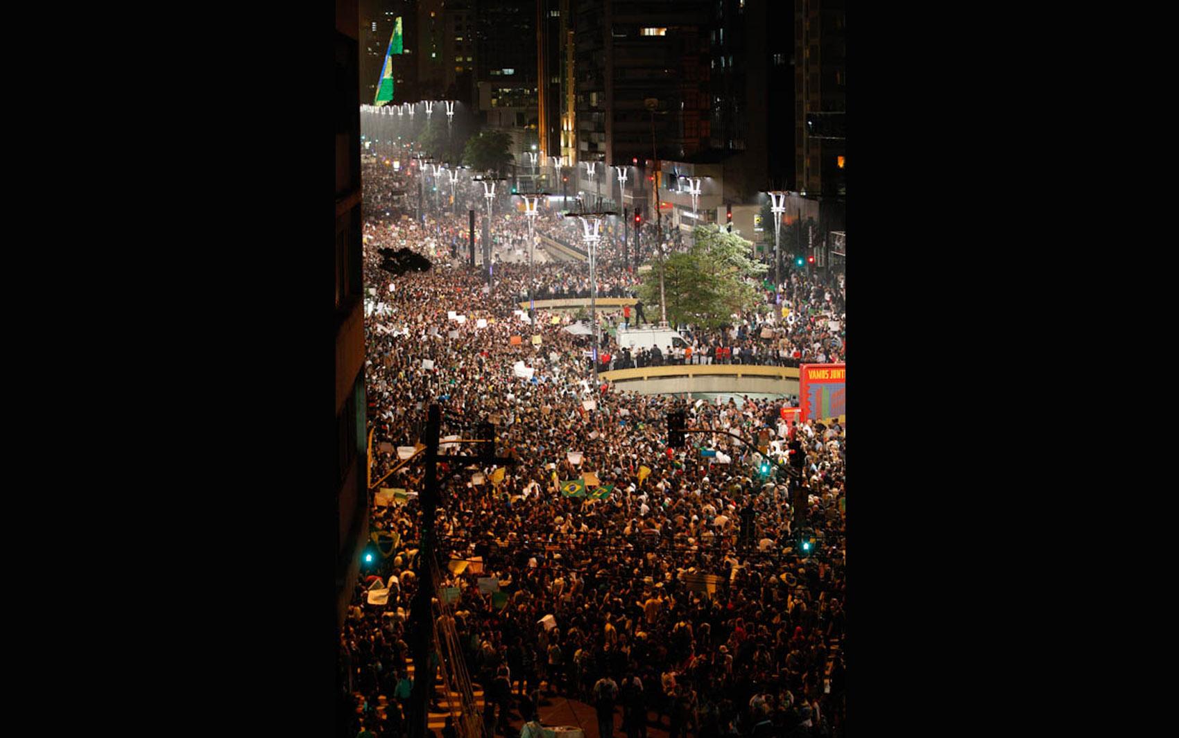 Manifestantes fecham as duas pistas da Av. Paulista