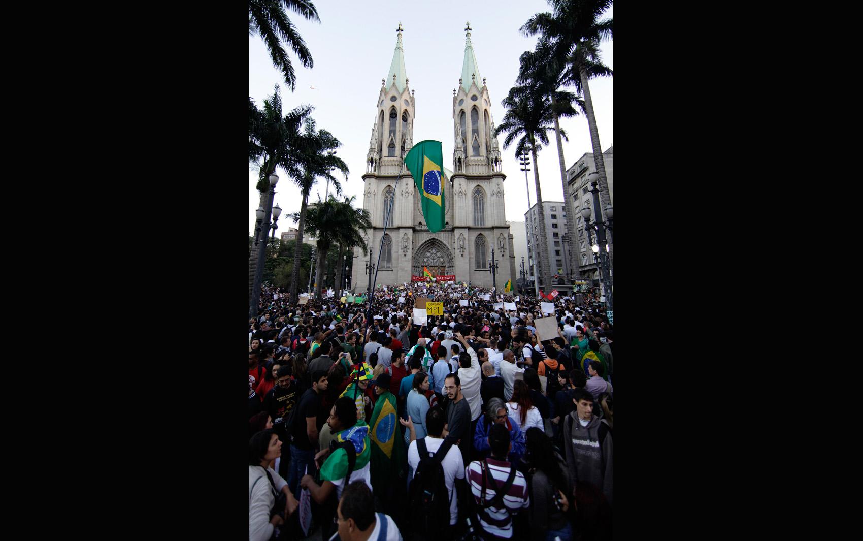 Manifestantes se reúnem na Praça da Sé em São Paulo