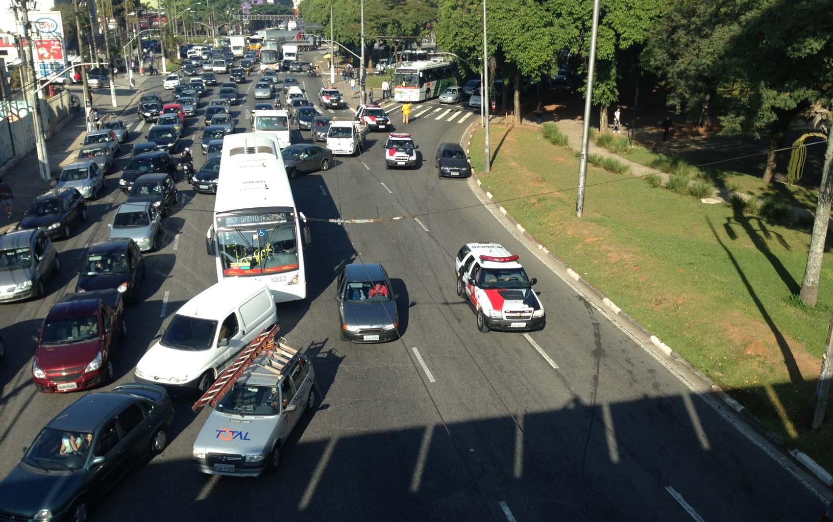 : Trânsito no entorno do Paço Municipal de São Bernardo do Campo  #896D42 1700x1065