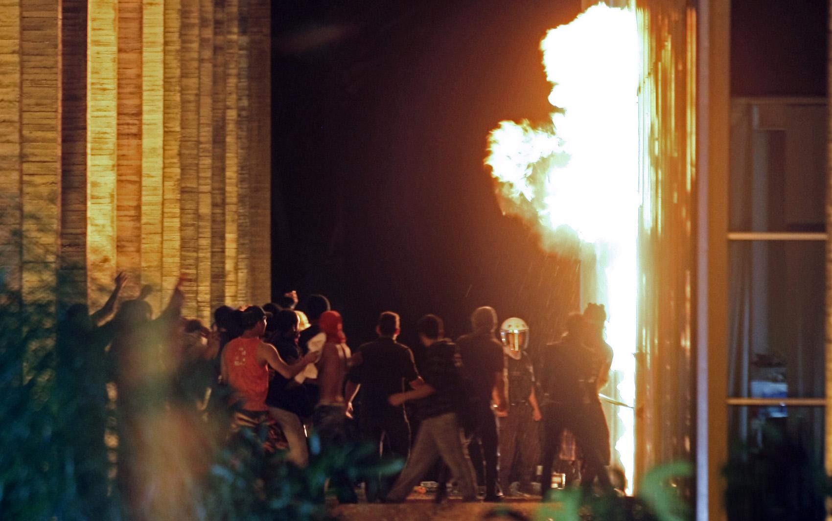Brasília - Manifestantes colocam fogo na entrada do Itamaraty