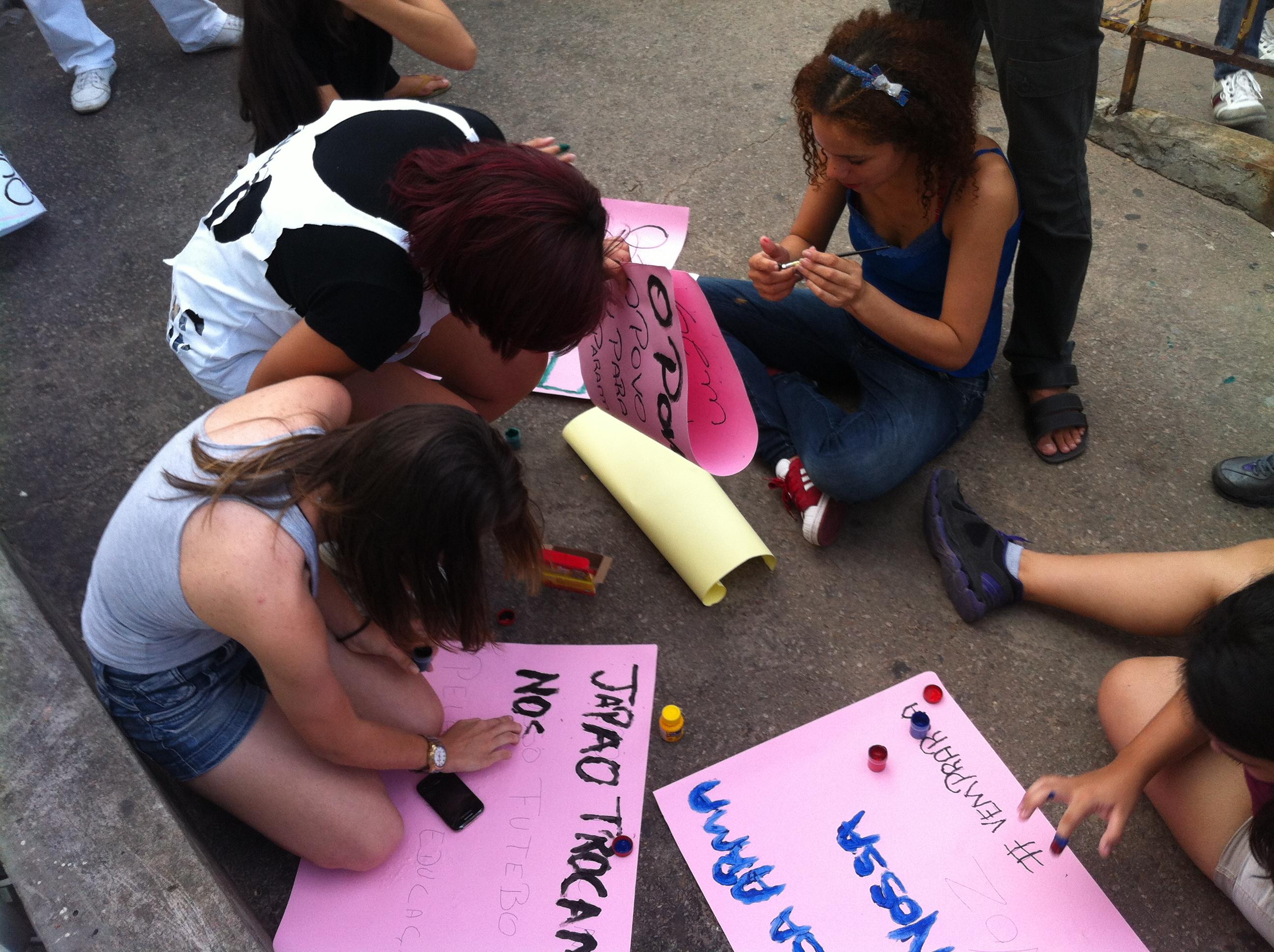 Manifestantes produzem cartazes para o protesto do #RevoltadoBusão, em Natal