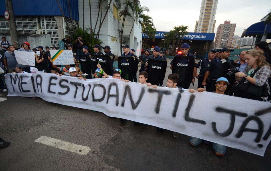 Manifestantes fazem passeata pacífica em Piracicaba até as 21 horas