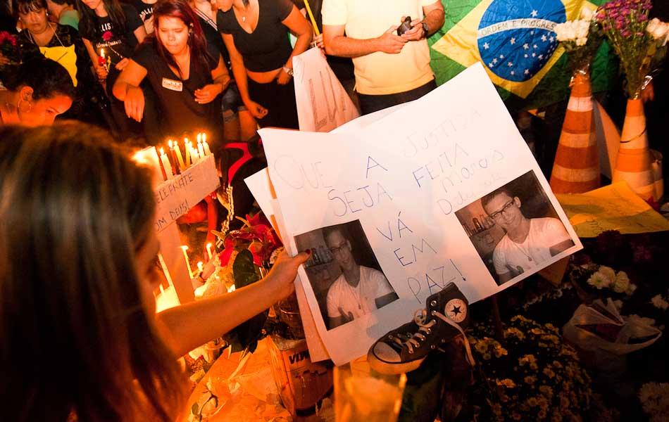 Sexta-feira (21) - Jovens seguram cartaz com foto do estudante morto na noite passada em Ribeirão Preto