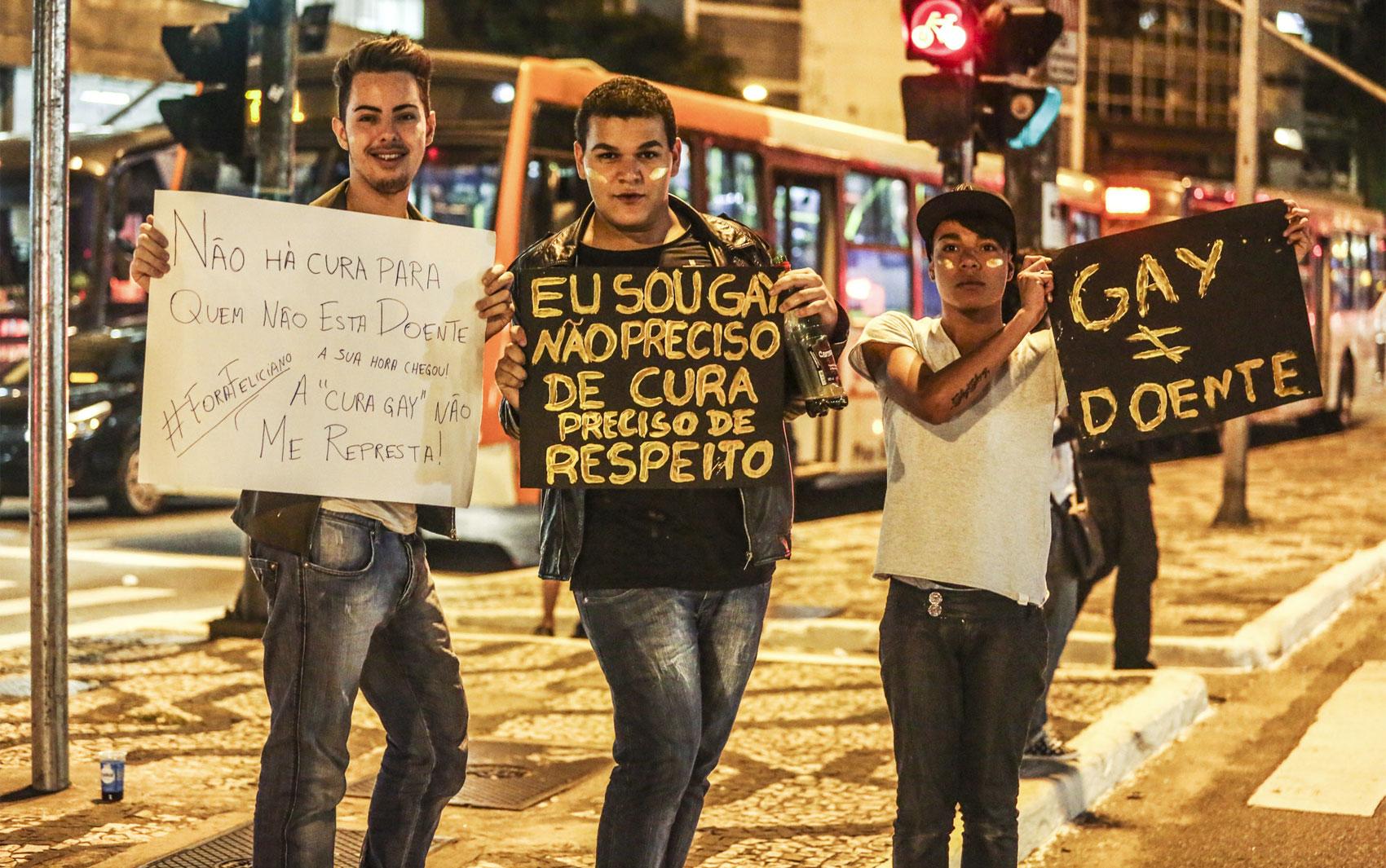 São Paulo - Jovens participam de protesto contra o projeto de lei da cura gay nesta sexta