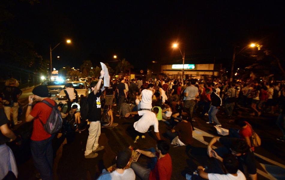 Manifestantes ocupam trecho da SP-304 para protesto em Piracicaba