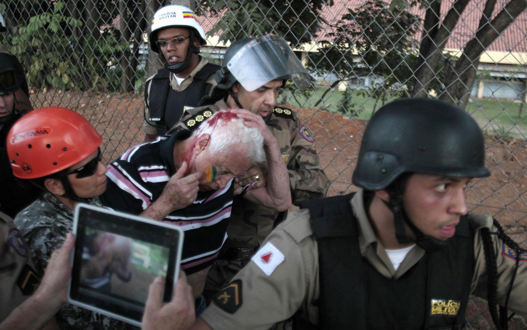 Belo Horizonte – Homem ferido na região do estádio do Mineirão é auxiliado por policiais; estádio recebeu neste sábado jogo México x Japão, válido pela Copa das Confederações