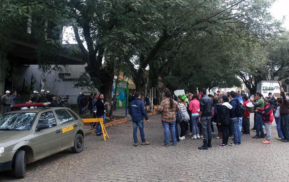 Manifestantes se organizam para protesto em Encruzilhada do Sul, RS