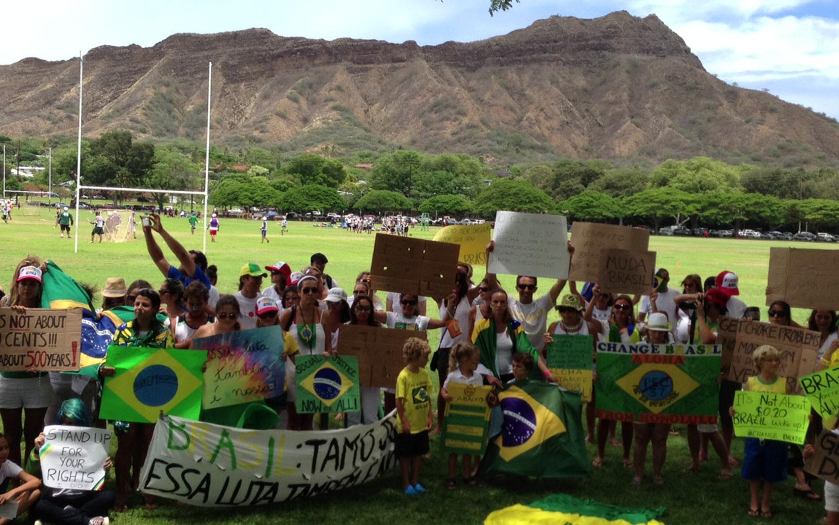 23/06 - Cerca de cem brasileiros se reuniram neste domingo, 23, em um parque em Oahu, no Havaí, Estados Unidos, para apoiar as manifestações ocorridas nos últimos dias no Brasil