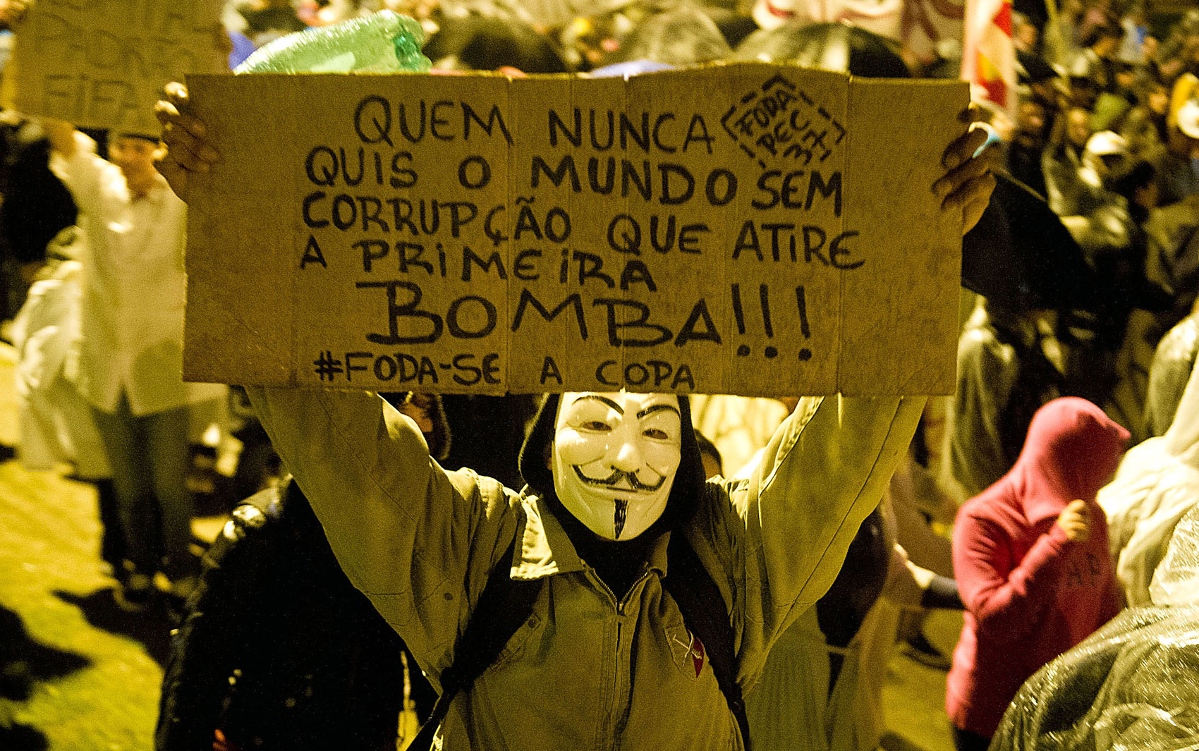 Manifestante em Porto Alegre protesta por melhores serviços públicos, um novo sistema político e contra a PEC 37 nesta segunda-feira (24).