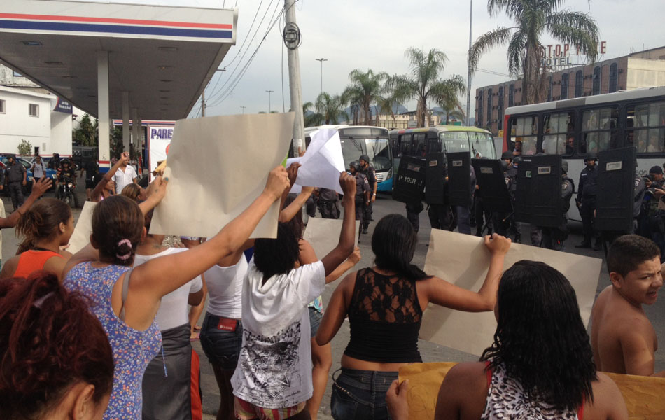 Moradores tentam invadir a Av. Brasil