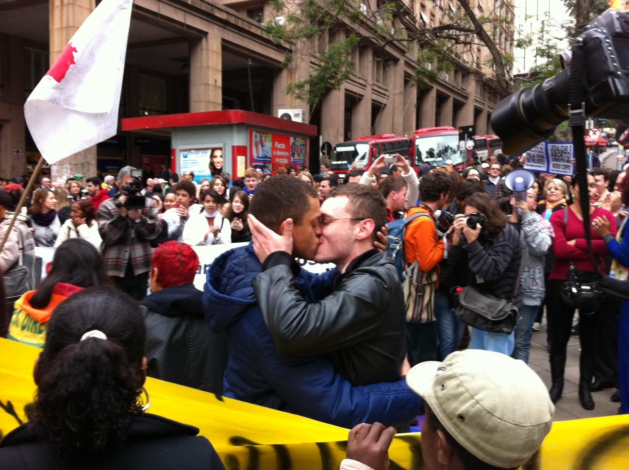 Manifestantes protestam contra a 'Cura Gay' no centro de Porto Alegre