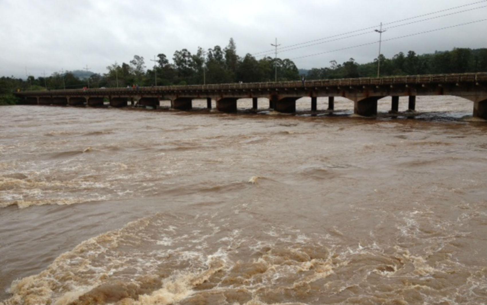O Rio Tibagi subiu quatro metros e chegou próximo à ponte da BR-369, entre Ibiporã e Jataizinho