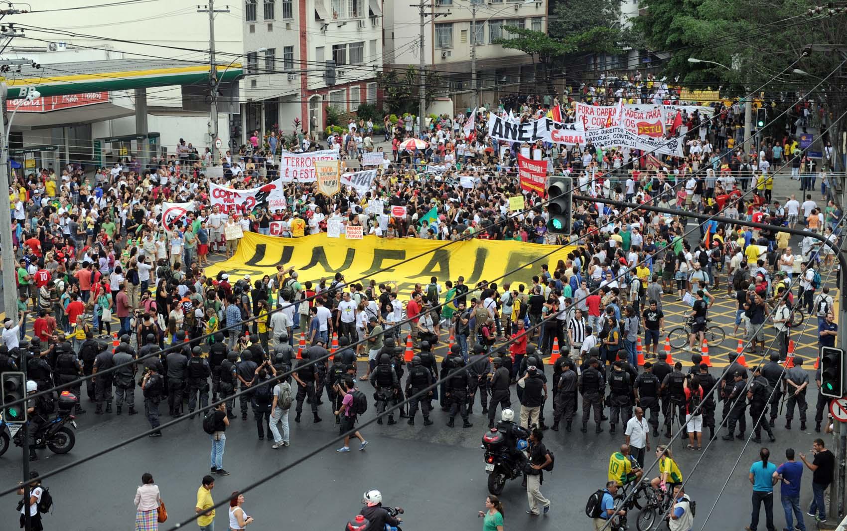 Polícia Militar antecipou o cerco no entorno do estádio do Maracanã, onde a seleção brasileira enfrenta a Espanha pela final da Copa das Confederações neste domingo. Manifestantes pedem a não privatização do Maracanã.