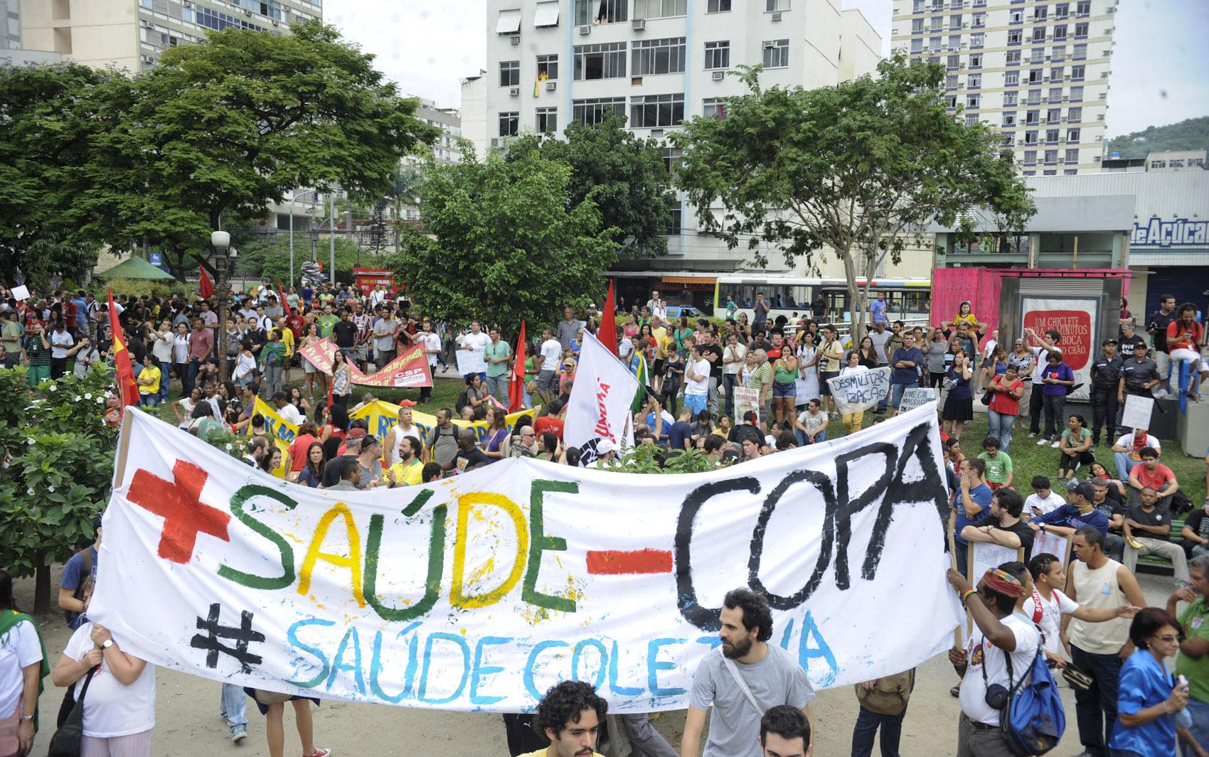 Diante do bloqueio feito por soldados do Batalhão de Choque da Polícia Militar (PM) em todas as vias que dão acesso ao Estádio do Maracanã.