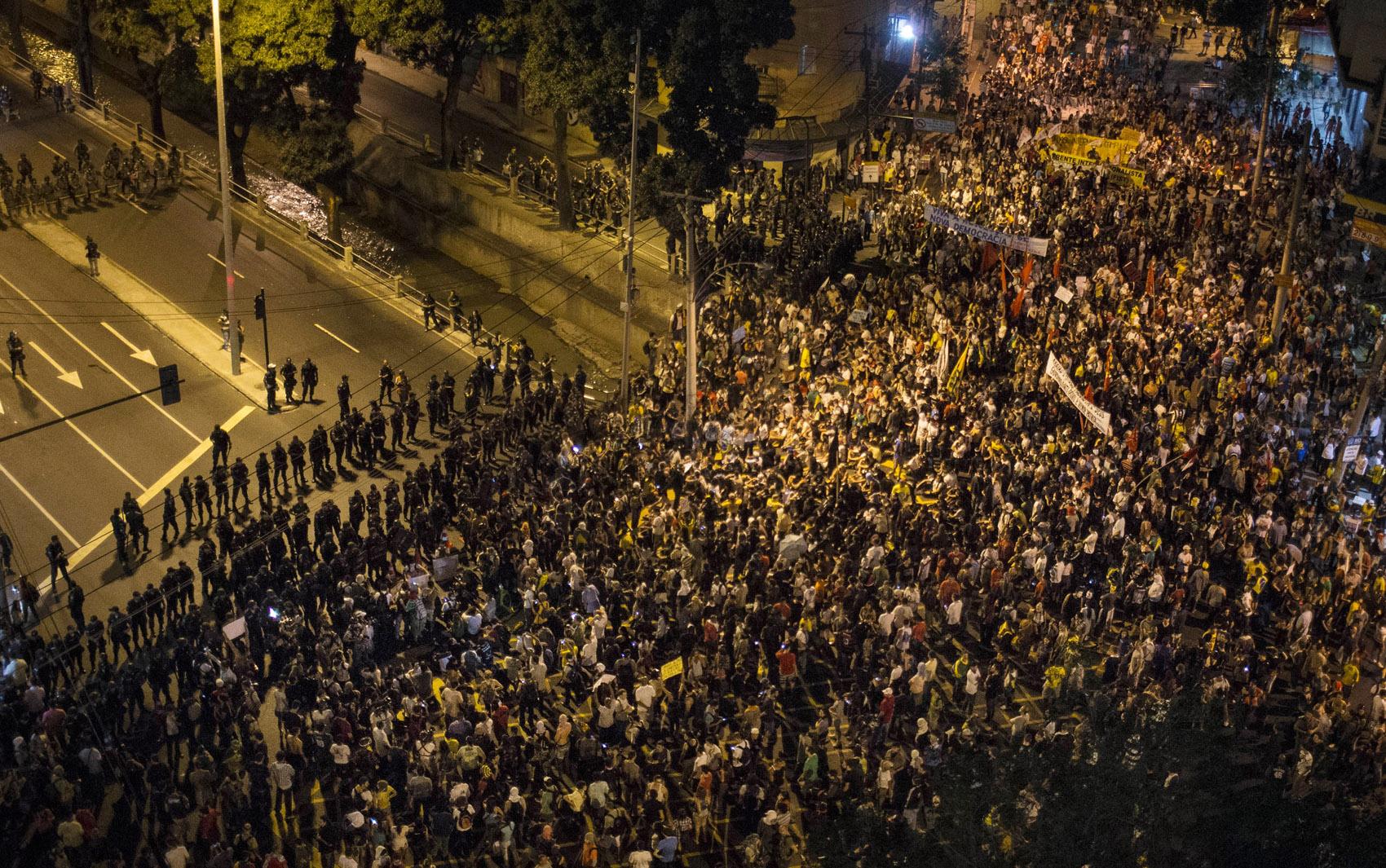 Manifestantes param no bloqueio da polícia