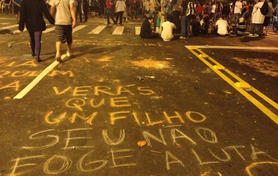 Manifestantes deixam frases escritas no asfalto no entorno do Maracanã