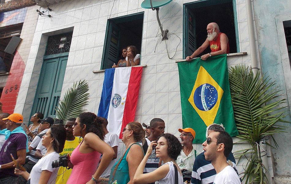 Moradores acompanham cortejo da varanda de casa, na Bahia