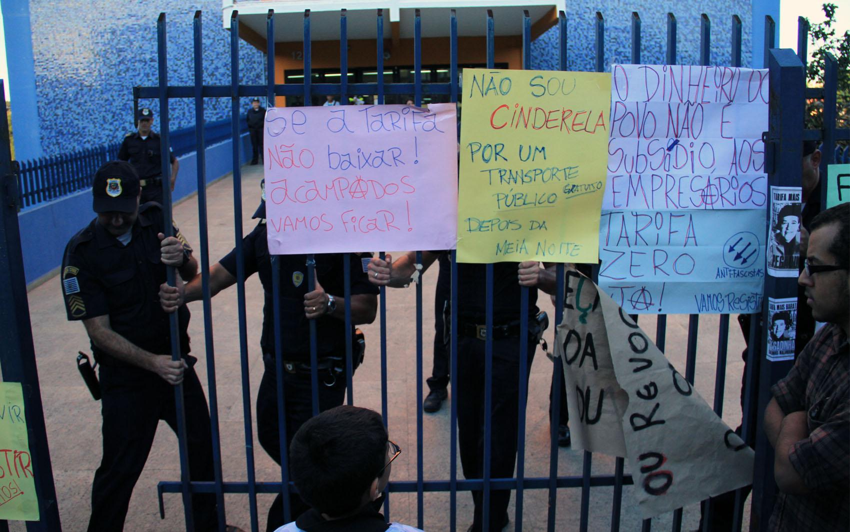 Guarda Municipal fecha o portão da prefeitura durante o ato em São José dos Campos.