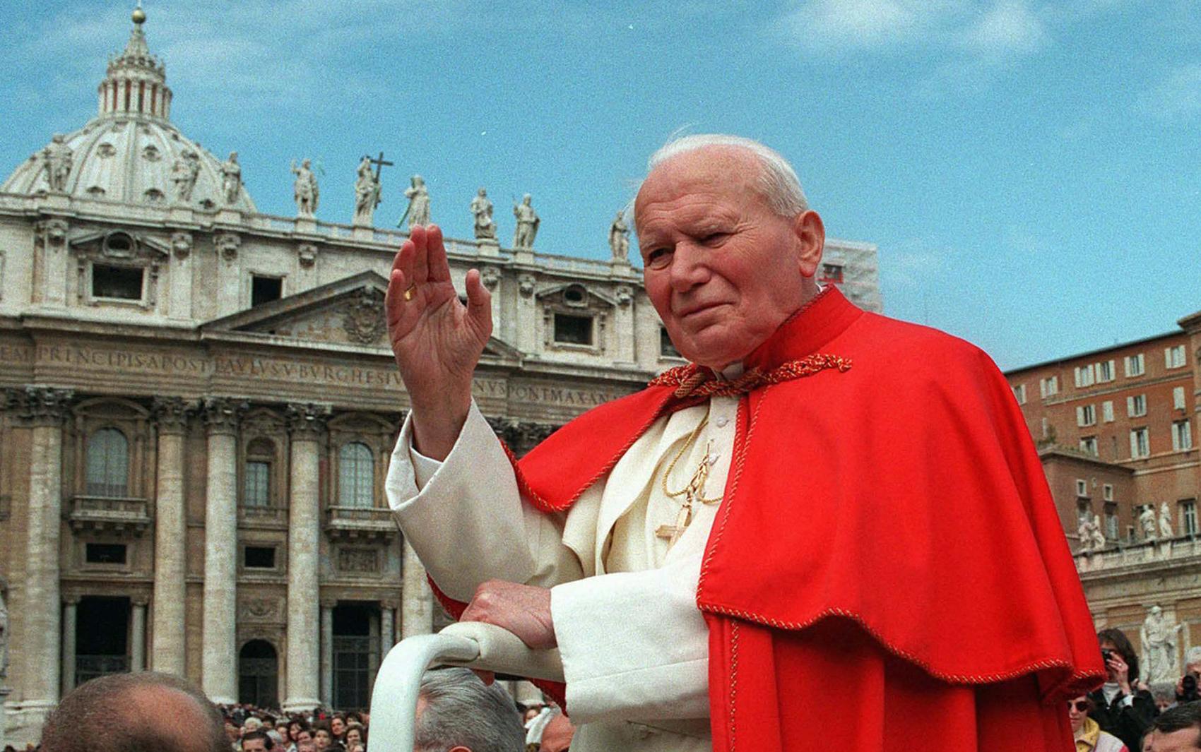 Em 23 de abril de 1997, o Papa João Paulo II acena aos fiéis na Praça de São Pedro, no Vaticano