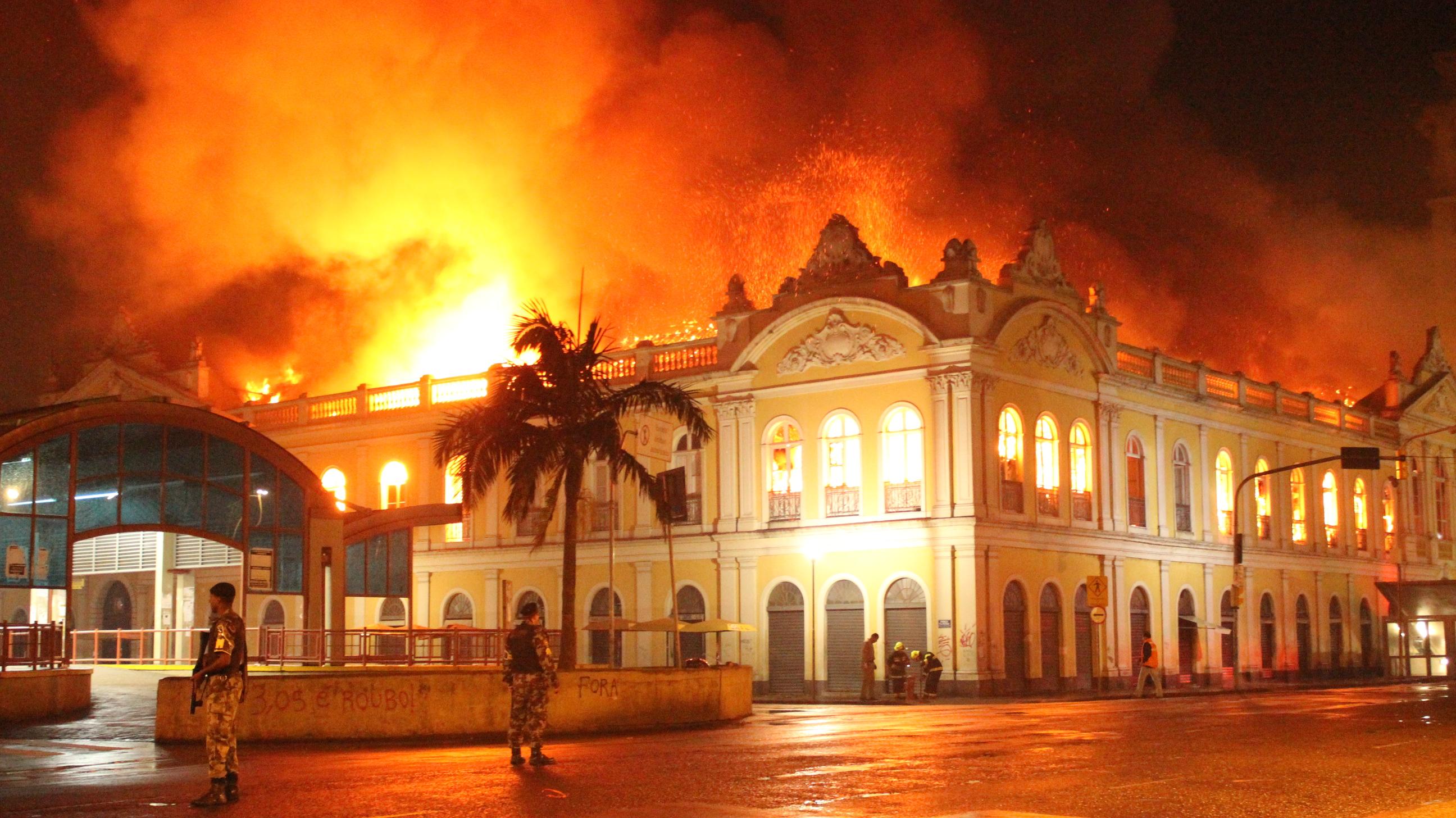 Incêndio atinge o Mercado Público de Porto Alegre