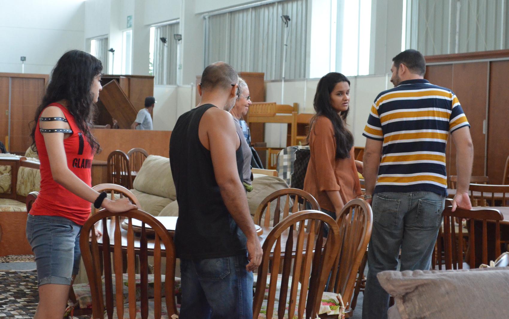 Visitantes analisam móveis à venda na BMB