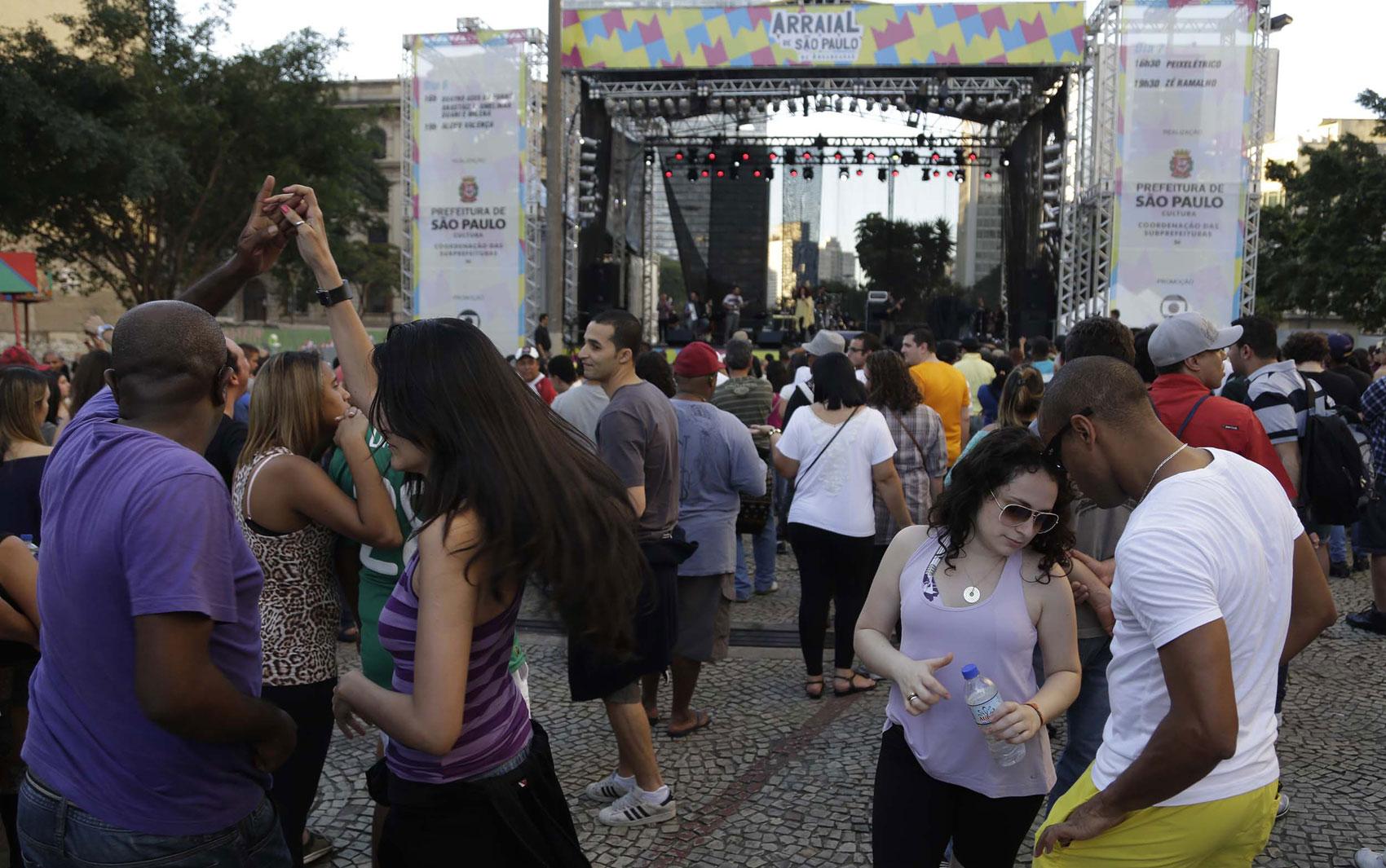 Público dança durante show gratuito no Vale do Anhangabaú
