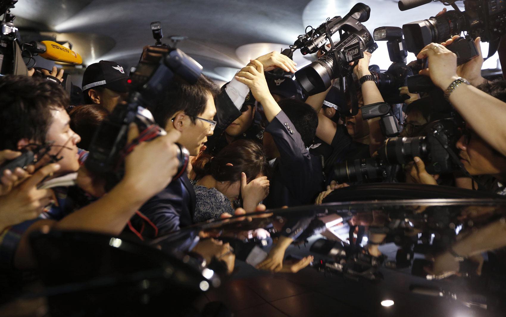 8/7 - Passageira é cercada por jornalistas ao chegar ao aeroporto de Seul, na Coreia do Sul