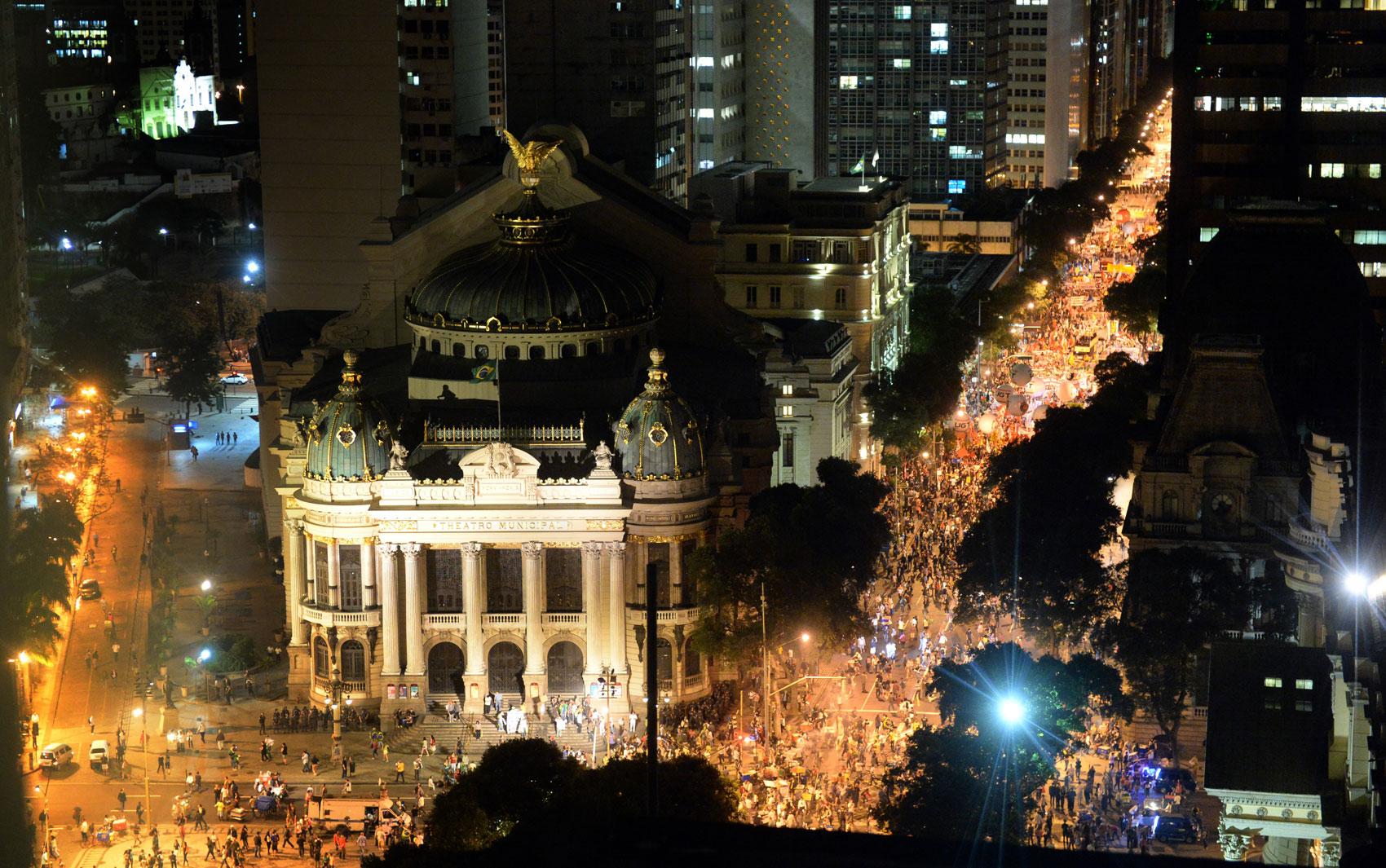 Rio de Janeiro - Imagem mostra Centro do Rio durante os protestos da noite desta quinta-feira (11)