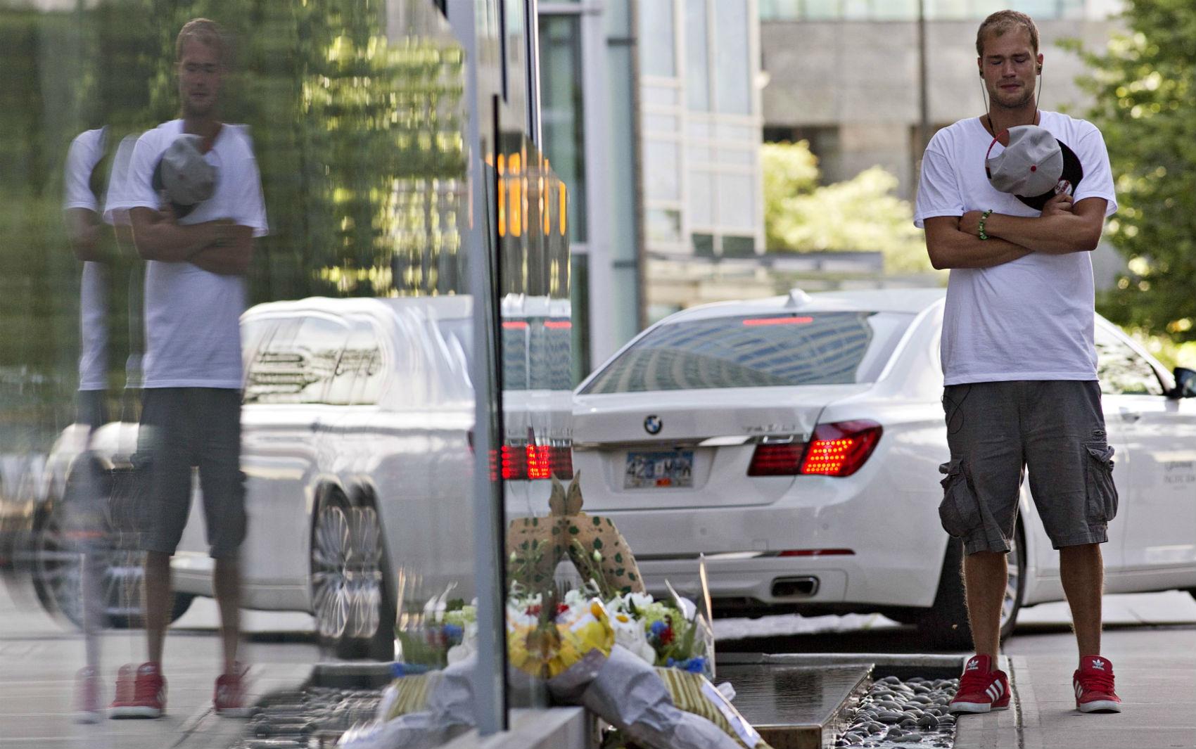 Richard Monteith, primo de Cory Monteith, lamenta morte em frente ao hotel onde o ator foi encontrado morto, no Canadá