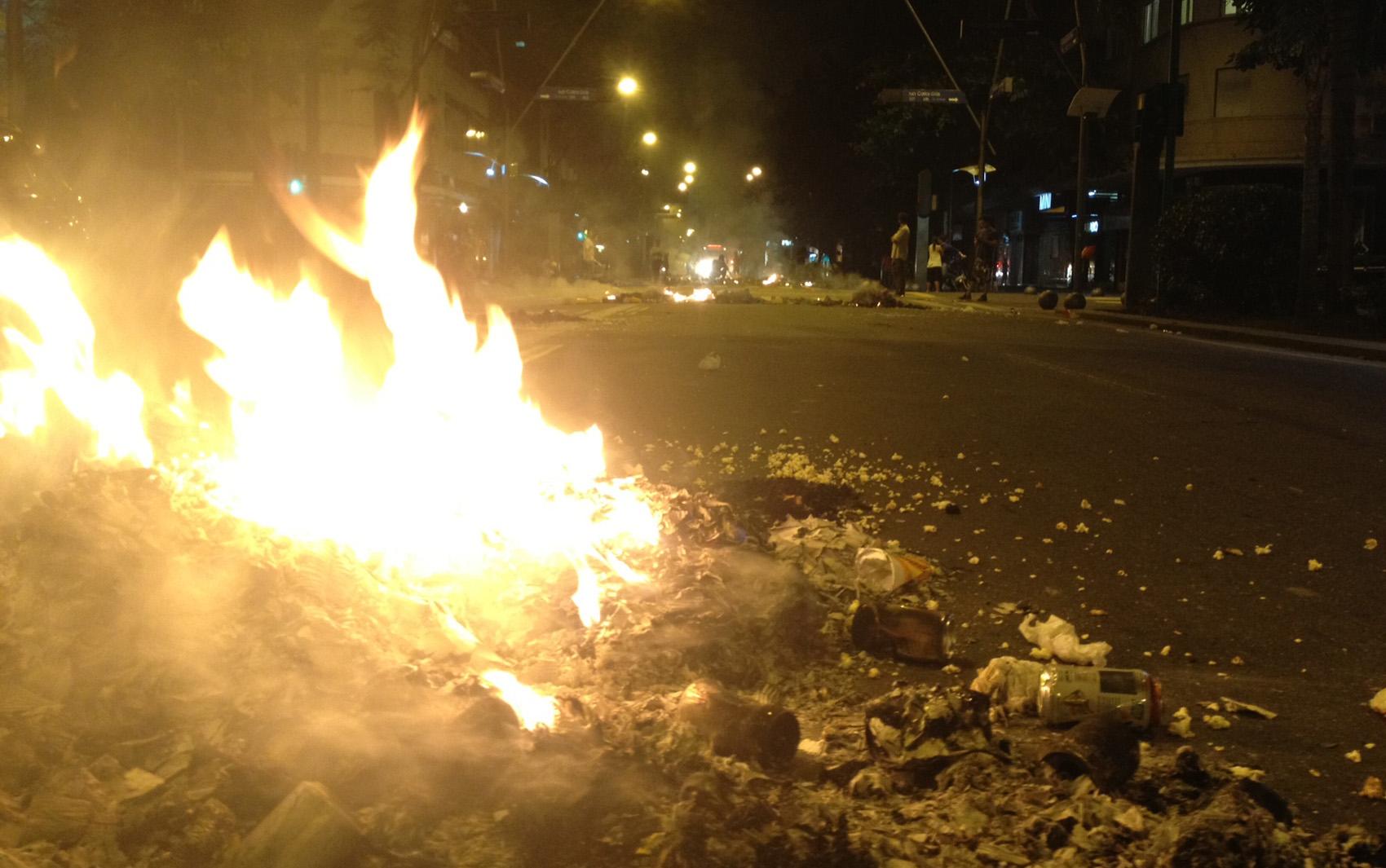 Manifestantes atearam fogo em dezenas de pontos em Ipanema e no Leblon.