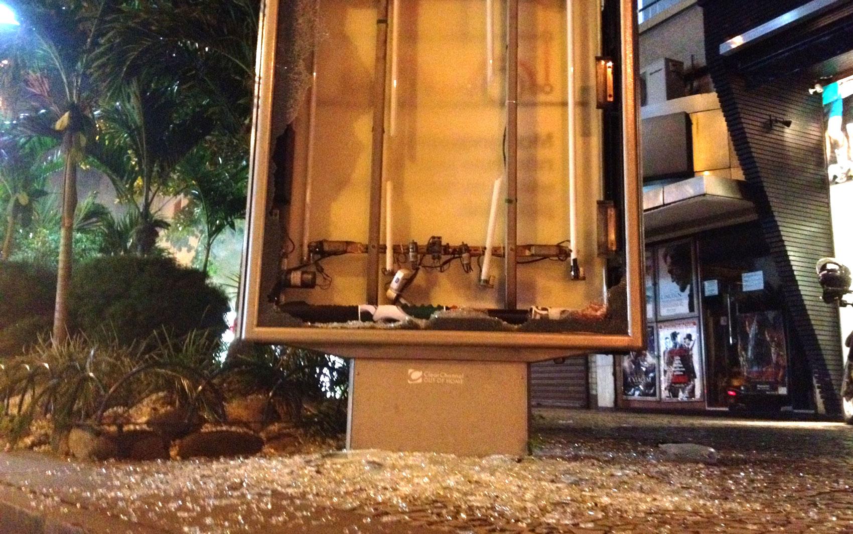 Letreiro luminoso é depredado por manifestantes