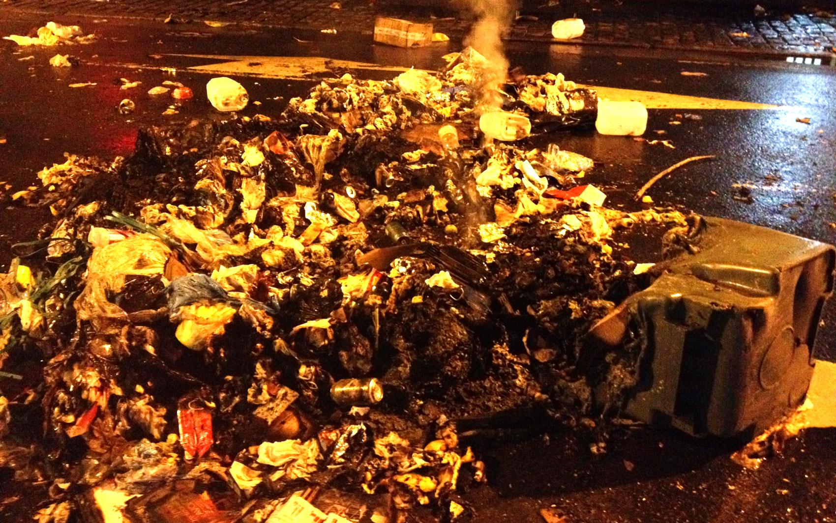 Lixo acumulado na rua Ataulfo de Paiva, no Leblon