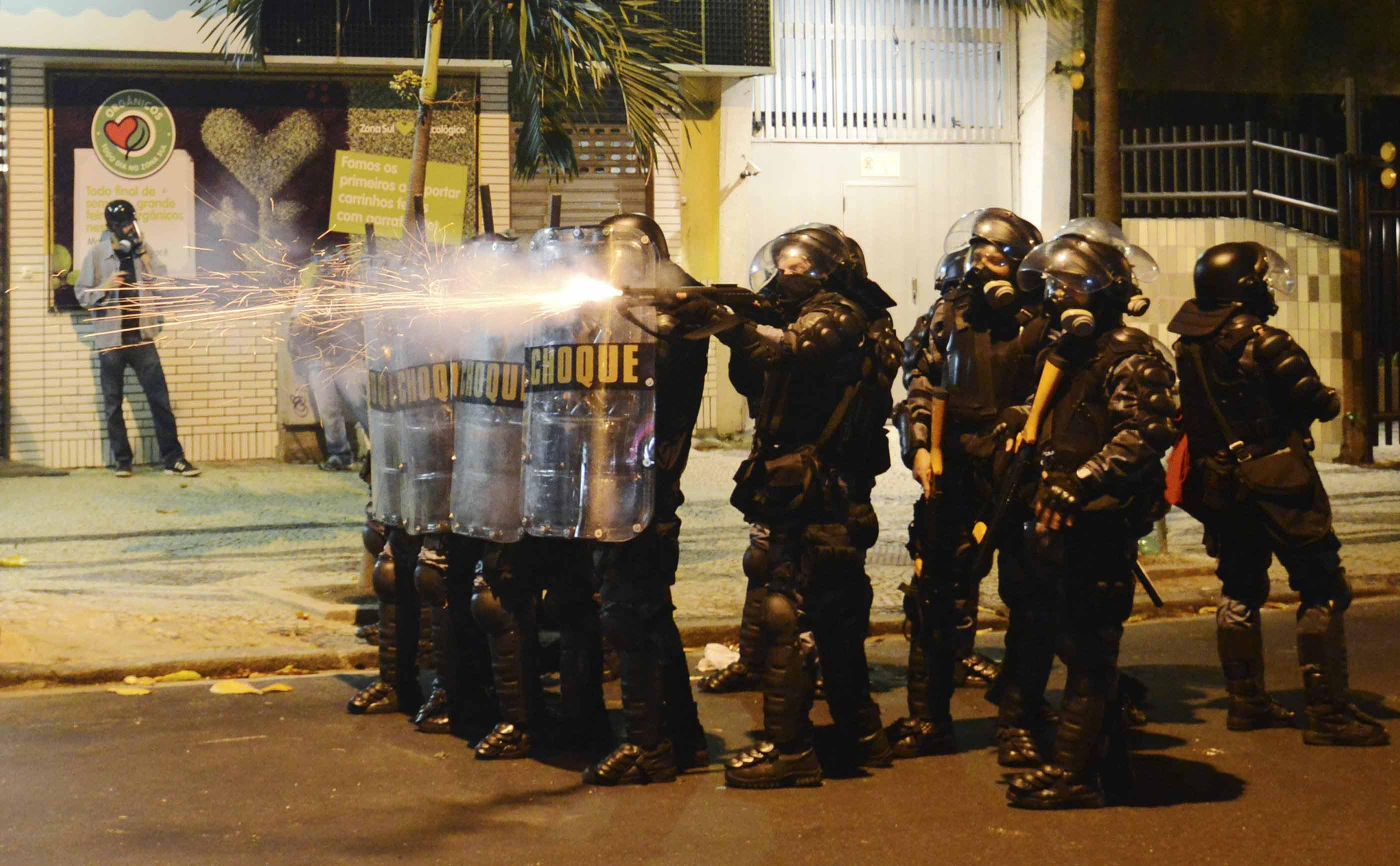 Batalhão de Choque da PM atira com balas de borracha para conter o tumulto ocorrido no protesto, no Leblon, na Zona Sul do Rio