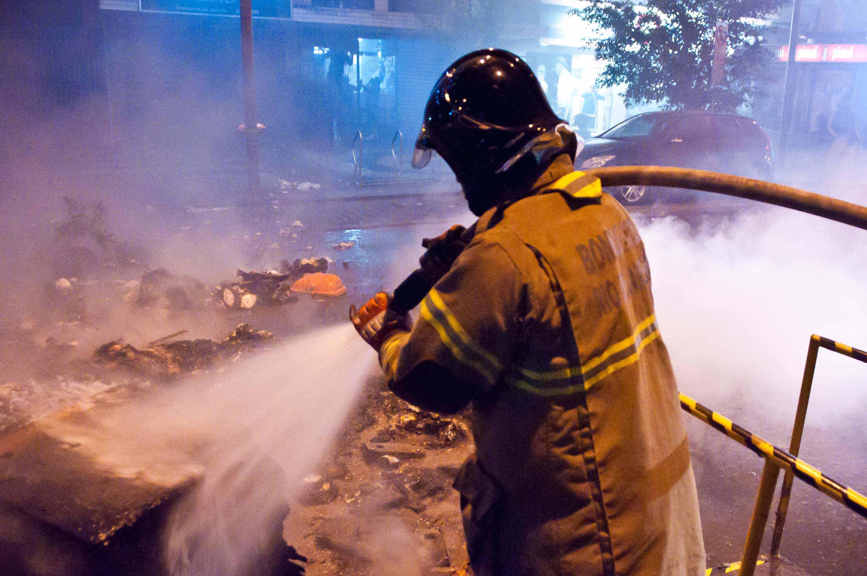 Bombeiros apagam as chamas; vândalos e baderneiros atearam fogo nas ruas do Leblon e Ipanema