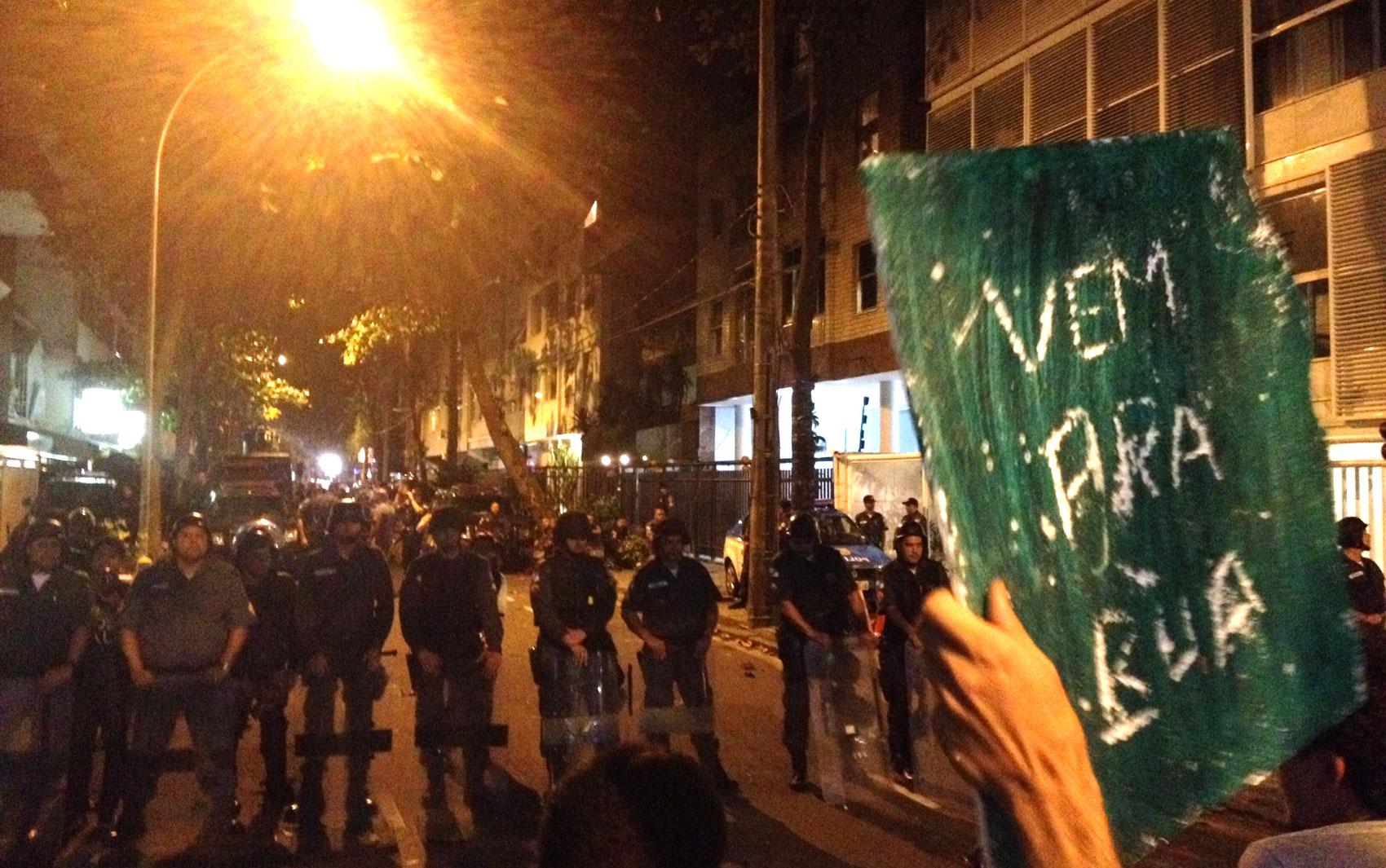 Grupo de mascarados convida policiais para rua antes da confusão